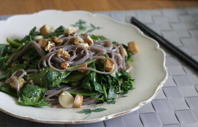 soba noodle salad with spinach
