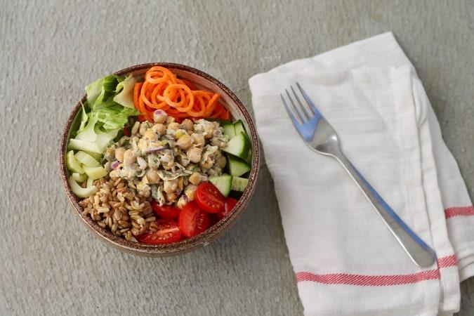chickpea mason jar salads // themuffinmyth.com